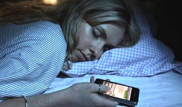 Alasan Penting Kenapa Tidur Dekat Gadget Tidak Baik